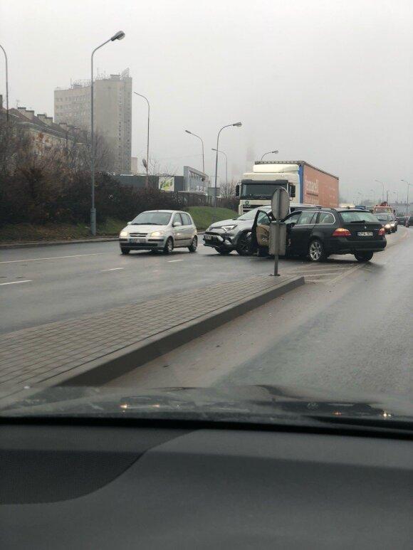 """Dėl BMW ir """"Toyota"""" susidūrimo užsikimšo judriausia Vilniaus gatvė, vieno automobilio padangos vasarinės"""
