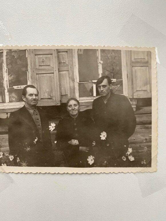 Sofija ir Pranas Kasperaičiai su sūnumi Pranu prie savo namų Plotbiščės kaime 1957 m. K. Kasperaitytės-Motužienės archyvas
