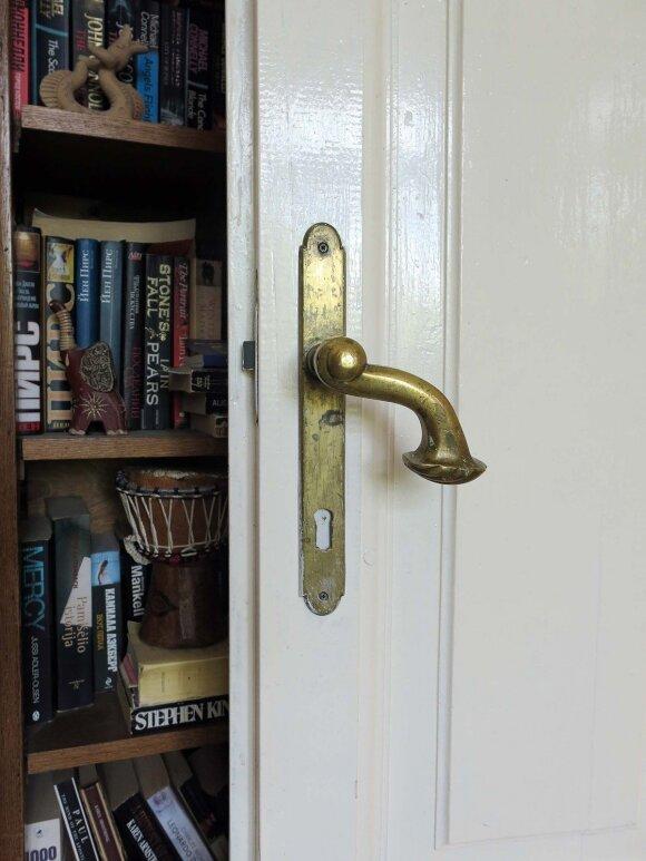Šeimininkai išsaugojo senąsias durų ir langų rankenas, užraktus
