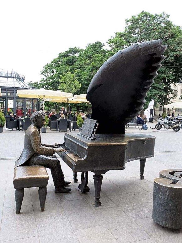 Paminklas pianistui Arthurui Rubinsteinui Piotrkovska gatvėje – galima prisėsti šalia ir nusifotografuoti tarsi grotum su juo