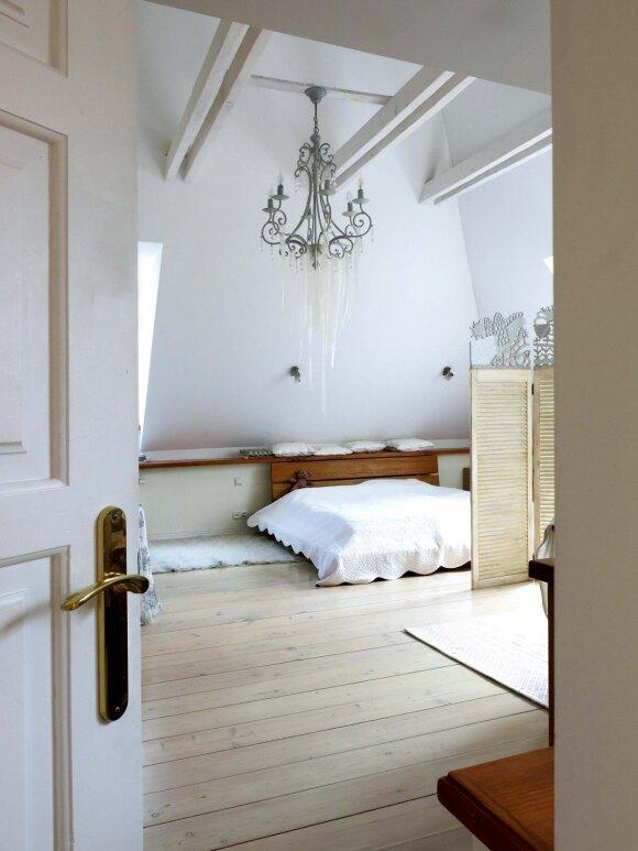 Balto miegamojo centre – dizainerės dekoruotas šviestuvas