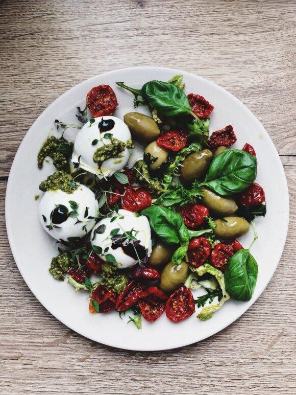 Mocarelos salotos su alyvuogėmis ir pusiau džiovintais pomidoriukais
