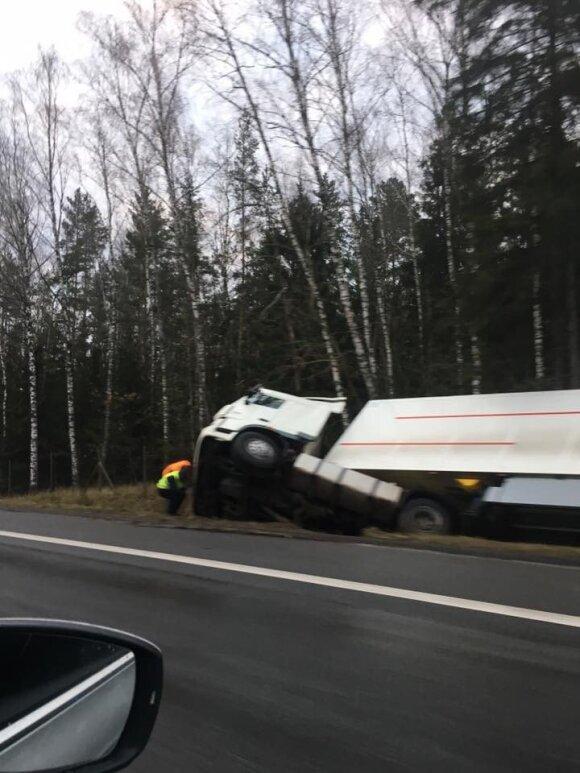 Naktį kelyje Vilnius–Kaunas nesuvaldęs sunkvežimio vairuotojas nuslydo į griovį