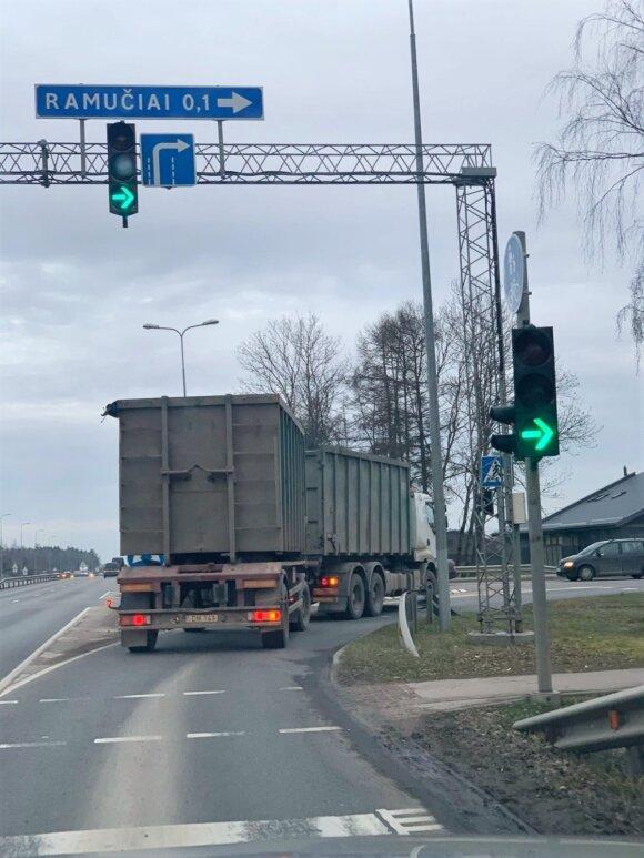 """Sunkiasvoris transportas pastebėtas važiuojantis pro Ramučius / """"Ramučių gyventojai"""" nuotr."""