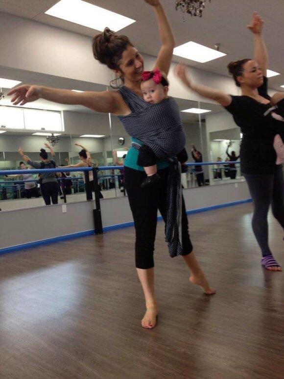 """Baletą šoka su kūdikiu nešynėje - įsitikinkite patys <span style=""""color: #ff0000;""""><sup>FOTO</sup></span>"""