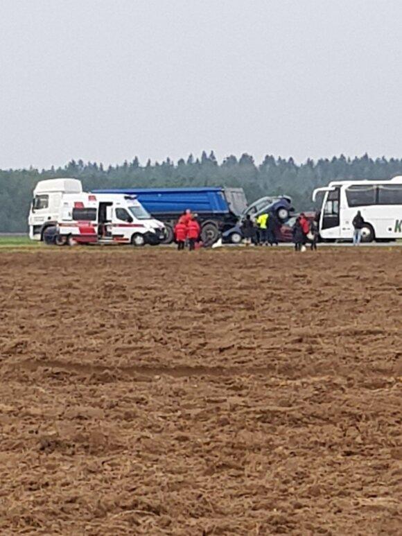На дороге Вильнюс-Варена столкнулись автобус, тягач и два легковых автомобиля