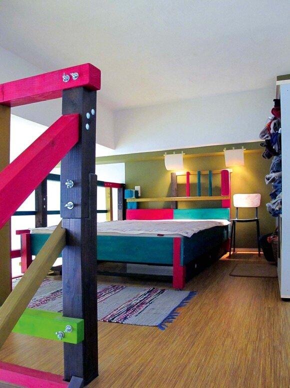 Lofto antresolėje menininkai įsirengė nedidelį miegamąjį
