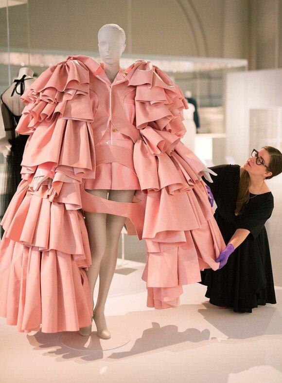 C. Balenciaga įkvėpė ne tik savo amžininkus, bet ir šiuolaikinius dizainerius. Nuotraukoje – japonės Rei Kawabuko 2016 m. kurta suknelė, ji taip pat eksponuojama maestro skirtoje parodoje