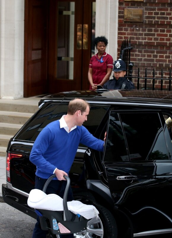 Princas Williamas savo dukrelę iš ligoninės parsivežė pats