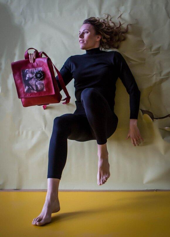 Olimpietė Austra Skujytė tapo rankų darbo kuprinių modeliu