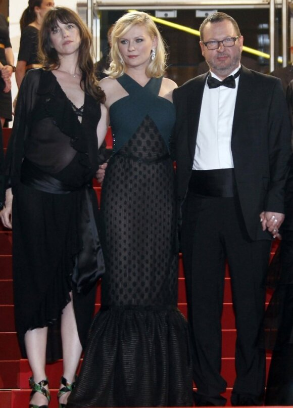 Iš kairės: aktorės Charlotte Gainsbourg ir Kirsten Dunst, režisierius Larsas von Trieras.