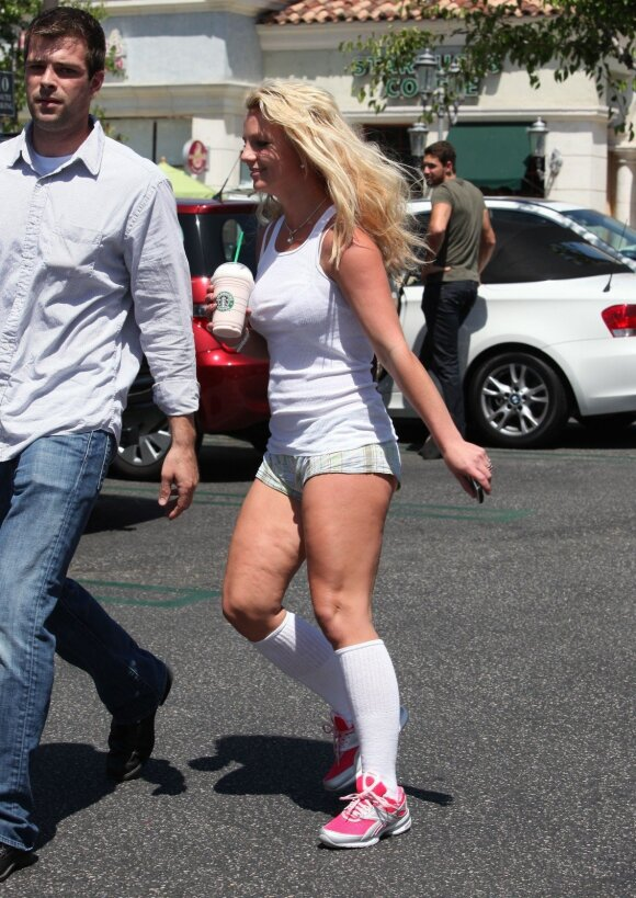 """Britney Spears <span style=""""color: #c00000;"""">stebina pasikeitusiomis</span> kūno linijomis"""