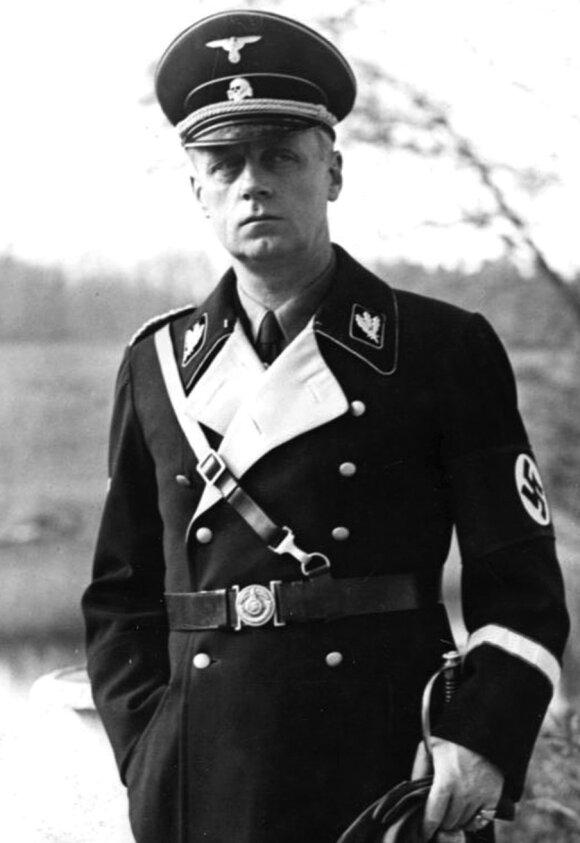 Trečiojo reicho užsienio reikalų ministras J. von Ribbentropas. Čia jis vilki juodą SS uniformą, nes buvo šios organizacijos garbės narys.