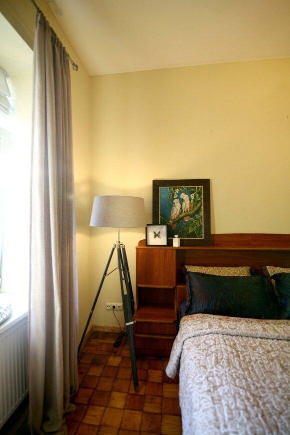 Dekoratorė sako, kad jai labai patinka gamta, todėl miegamąjį puošia drugelis ir paveikslas su papūgomis