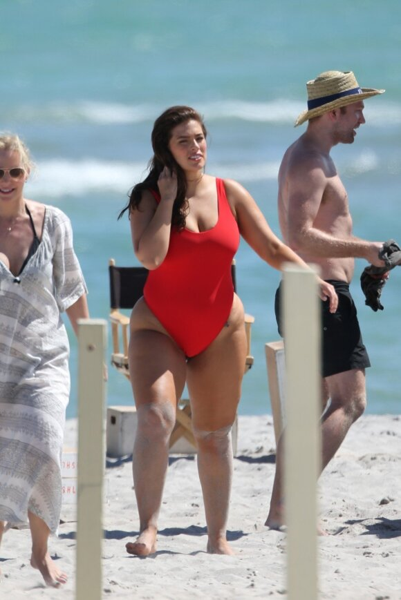 """<span style=""""color: #c00000;"""">Jokio <em>fotošopo</em>:</span> Ashley Graham parodė natūralias savo kūno linijas"""