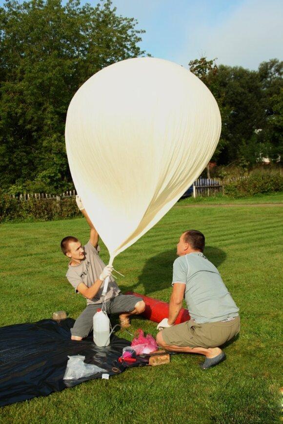 Ernestas Kalabuckas pildo zondo balioną vandeniliu