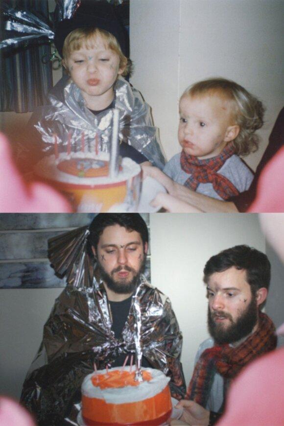 """<span style=""""color: #ff0000;"""">ĮSPŪDINGA:</span> broliai atkartojo savo vaikystės fotografijas <span style=""""color: #ff0000;""""><sup>FOTO</sup></span>"""