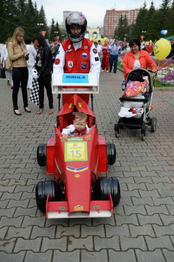 """Kūdikių vežimėlių parade - keisčiausios tėvų fantazijos <sup style=""""color: #ff0000;"""">FOTO</sup>"""