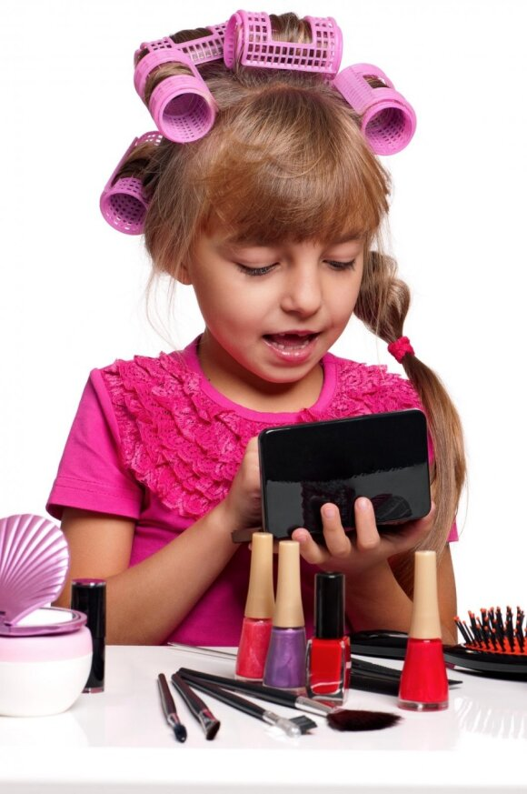 Maža mergaitė nori lakuotis nagus ir dažytis lūpas: leisti ar drausti?