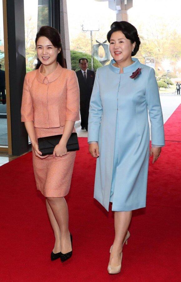 Kim Jong Uno žmona Ri Sol Ju ir Moon Jae-ino žmona Kim Jung-sook