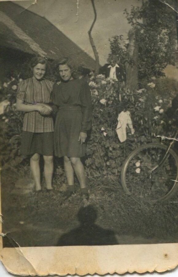 1949 m. Triušeliuose Petronėlė Airošienė (iš kairės) prie savo tėvų namo