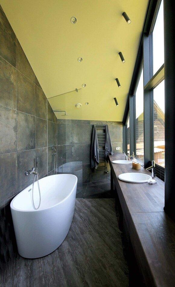 Į šeimininkų vonią galima patekti iš koridoriaus arba iš drabužinės