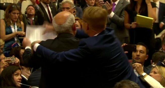 Vienas žurnalistų buvo jėga išvestas iš konferencijų salės Helsinkyje