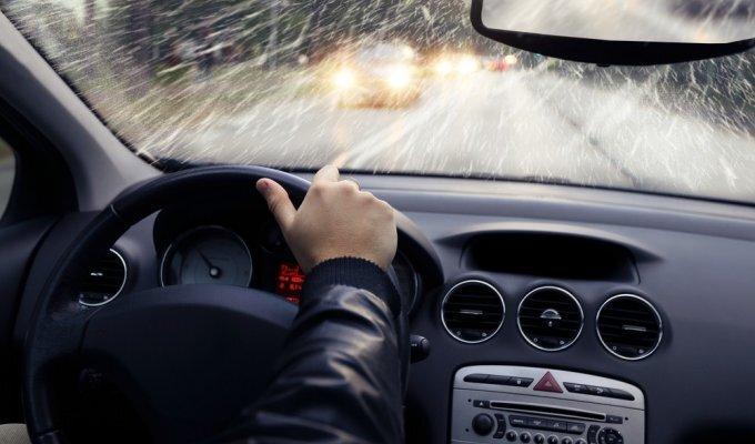 9 esminiai dalykai, kuriuos turite žinodami prieš sėsdami prie vairo per lietų