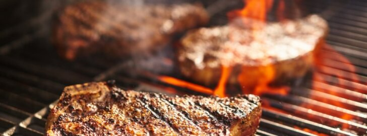 Prie naujos užeigos nusidriekė eilės: klientai valgydami kepsnius degina ir kalorijas