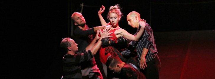 Scena iš šokio spektaklio Divizija