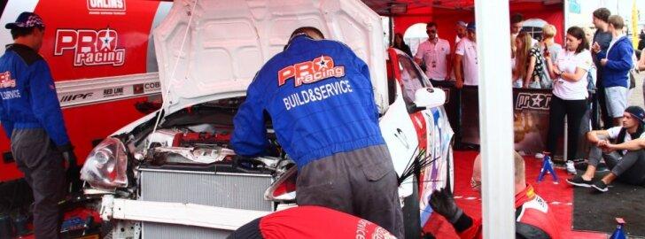 MK technika - Šlepikas Motorsport komandos mechanikai remontuoja automobilį