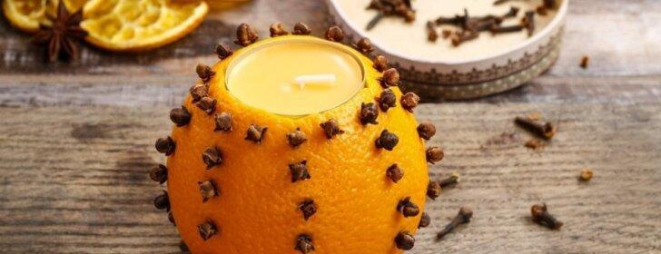 """<span style=""""color: #ff0000;"""">Puošiamės Kalėdoms:</span> kaip pasidaryti kvepiančią žvakę iš gvazdikėlių ir apelsino"""