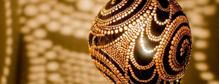 Lempas iš kokosų kuriantis lietuvis: romantiškas žvakių apšvietimas yra lėkštas
