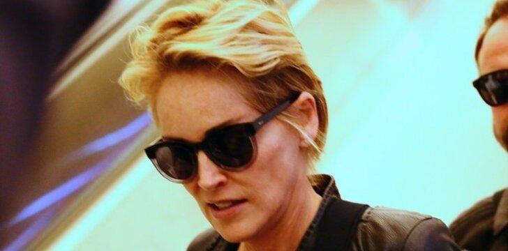 """57 metų Sharon Stone nesigėdija <span style=""""color: #ff0000;"""">pozuoti be liemenėlės</span> ir demonstruoti nuogas kojas <sup>FOTO</sup>"""