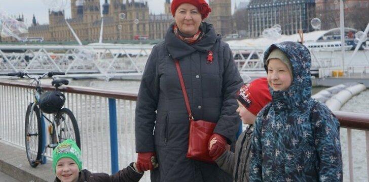 """Kaip Anglija pasitiko išsiskyrusią 4 vaikų mamą? <sup><span style=""""color: #ff0000;"""">Dienoraštis be nutylėjimų</span></sup>"""