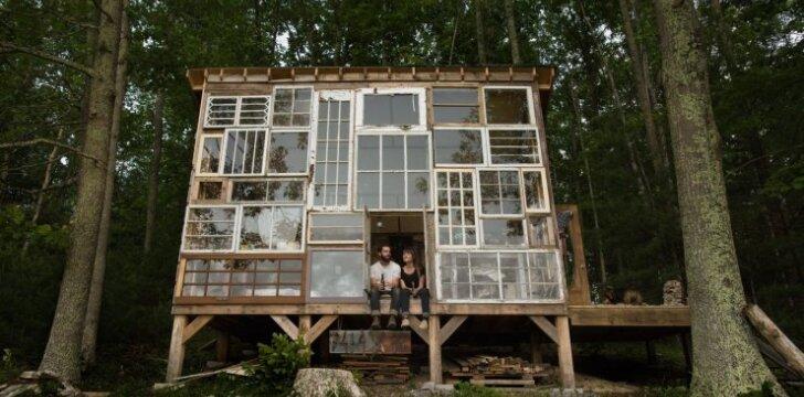 """<span style=""""color: #ff7f00;"""">Darau Pats:</span> kaip pasistatyti namą iš panaudotų langų už 460 eurų"""