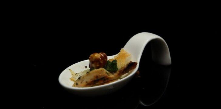 Vištiena su keptu ožkos sūriu, rukolos pesto ir karamelizuotais riešutais
