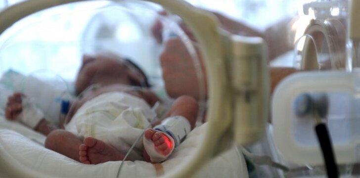 """25 nėštumo savaitę gimusį sūnų filmavęs tėtis sukūrė jaudinantį filmą <sup style=""""font-family: yui-tmp; color: #ff0000;"""">VIDEO</sup>"""