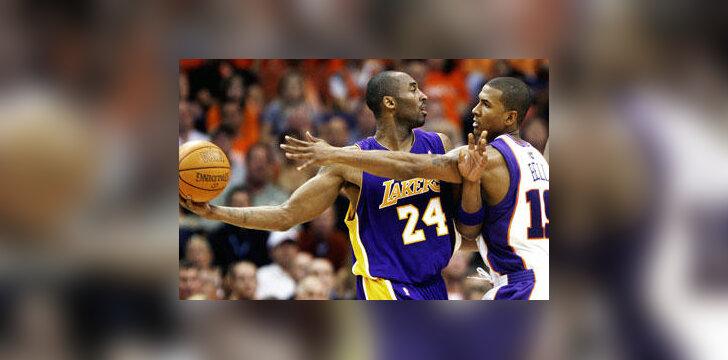 """Kobe Bryanto (""""Lakers"""") ir Rajos Bello (""""Suns"""") dvikova"""