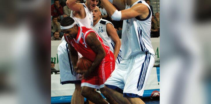 """T. Nagys su komandos draugu stabdo """"Strasbourg"""" žaidėją"""