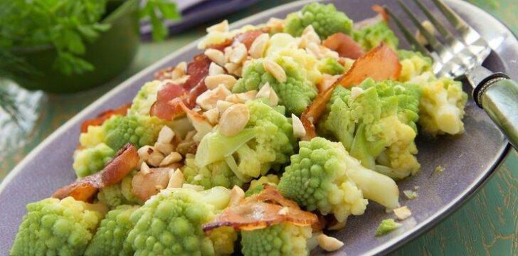 Brokolių salotos su kiauliena ir migdolais