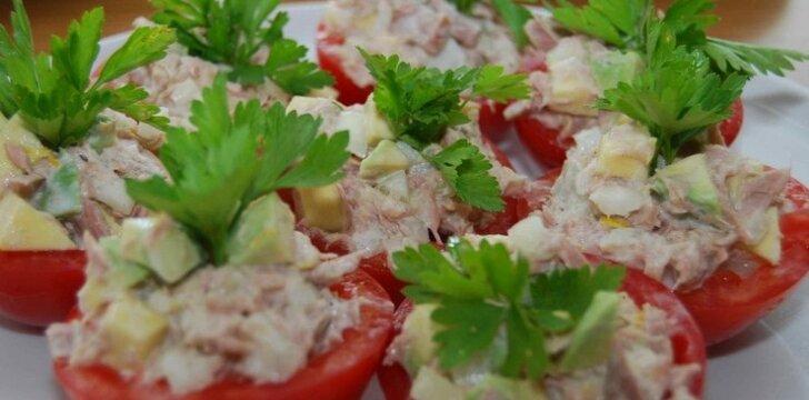 Įdaryti pomidorai su avokadu ir tunu