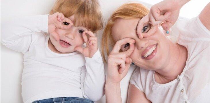 """<span style=""""color: #ff0000;"""">Jaudinantis VIDEO</span>: kaip savo kurčius tėvus nustebino penkiametė"""