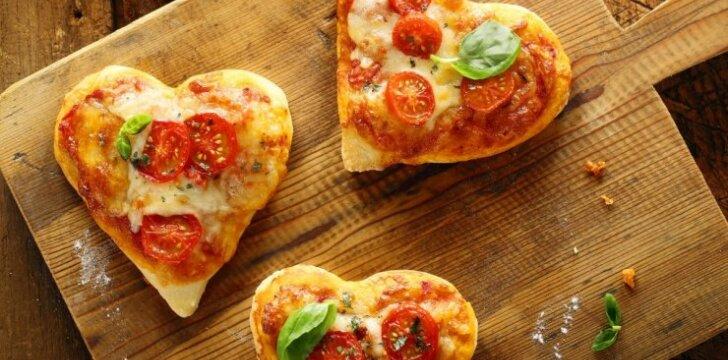 Sūrio ir džiovintų pomidorų užkandžiai