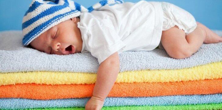 """<span style=""""color: #ff0000;"""">TESTAS</span>: ką miego poza pasako apie vaiką"""