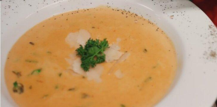 Šparagų sriuba su parmezano traškučiais
