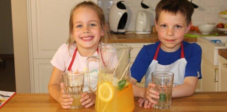Vaizdo pamokėlė: penkiamečiai virtuvės šefai gamina naminį limonadą