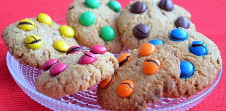 """Avižiniai sausainiai su saldainiukais <sup><span style=""""color: #ff0000;"""">mamos receptas</span></sup>"""