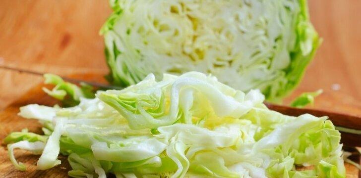 Kopūstų salotos su graikiniais riešutais