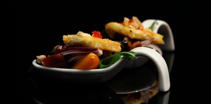 Salotos su česnakinėmis cukinijomis ir keptu varškės sūriu